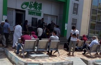 التزام المواطنين في مطروح بارتداء الكمامات والحفاظ على المسافات البينية أثناء صرف المعاشات| صور