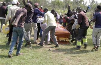 الجماهير تستولى على جثة  لبيرنارد أوبونيو نجم البوب الكيني لوقف جنازته