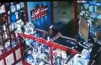 مريض بكورونا يبصق على زجاج الصيدلية لنقل العدوى | فيديو