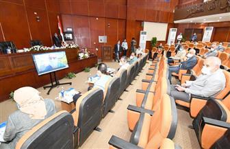 وزير الإسكان يلتقى رؤساء أجهزة المدن الجديدة لمتابعة تطبيق قانون التصالح فى مخالفات البناء