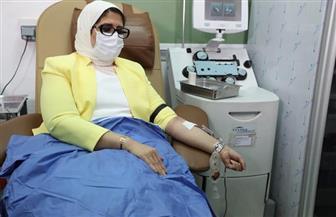 وزيرة الصحة تتبرع بالدم وتؤكد زيادة المراكز المخصصة لسحب بلازما المتعافين لـ 20 مركزا