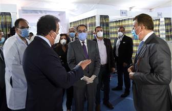 بنظام «درايف ثرو».. رئيس الوزراء يتفقد نموذجا لمركز المسح لإجراء تحاليل «كورونا» بجامعة عين شمس