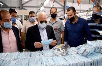 محافظ بورسعيد يتفقد عملية إنتاج 60 ألف كمامة لتوفيرها لطلاب الثانوية والجامعات | صور
