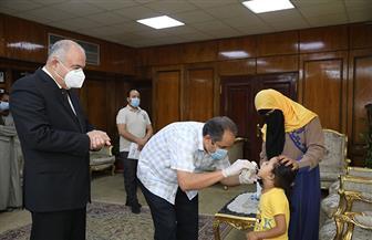 محافظ قنا يستدعي طبيبا لإجراء عملية جراحية لطفلة