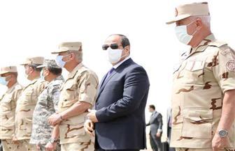 الرئيس السيسي يستعرض حرس الشرف خلال تفقده عناصر المنطقة الغربية العسكرية