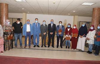محافظ سوهاج يكرم 6 من العاملين في القطاع الطبي| صور