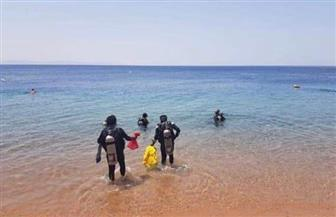 """وسط الصخور والدوامات.. فرق الإنقاذ تواصل البحث لليوم الخامس عن جثة """"شادي"""" بشاطئ النخيل"""