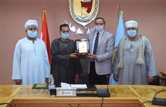 جامعة سوهاج تكرم أحد أبطال كمين البرث | صور