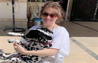 العزل المنزلي على طريقة نيرمين الفقي: كلب وحمام سباحة وصحبة حلوة| صور