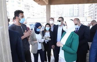 وزيرة الصحة تتحدث مع المواطنين بكورنيش الإسكندرية