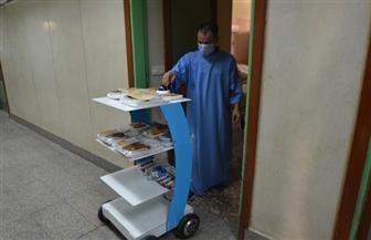 طالب بتجارة المنصورة يصنع روبوتا لتقديم الخدمات لمرضى كورونا| صور