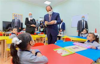 الرئيس السيسي يحاور أطفالا بإحدى حضانات مدينة الأسمرات ويوقع على كراساتهم