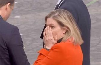 موقف محرج لوزيرة فرنسية بسبب «كمامة» | فيديو