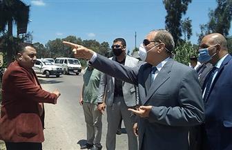 محافظ كفرالشيخ يضبط عمالا يشيدون مبنى مخالفا على أرض زراعية | صور