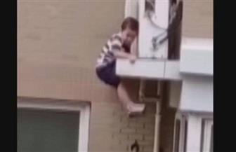 رجل ينقذ طفلا من الموت بعد سقوط مخيف| فيديو