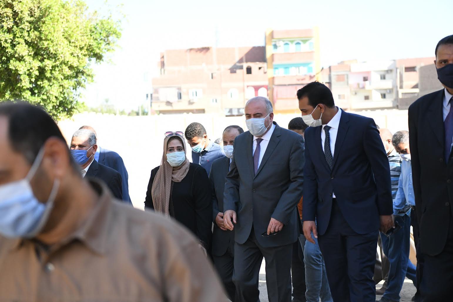 محافظ قنا ونائبه يتابعان إستعدادات اللجان قبل بدء الإمتحان