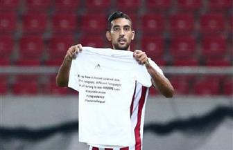 """""""كوكا"""" يسجل هدفين مع أولمبياكوس ويرفع لافتة ضد العنصرية"""
