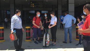 مطار الغردقة يستقبل أول رحلة طيران من سويسرا على متنها 151 سائحا |صور