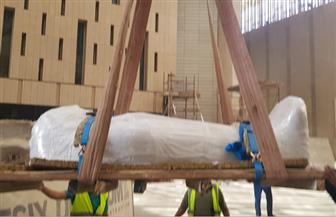 وصول قطع أثرية ضخمة إلى المتحف المصري الكبير لعرضها بالدرج العظيم