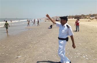 حملة لإدارة شاطئ بورسعيد تخرج أعدادا كبيرة من المواطنين من مياه البحر | صور