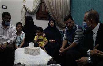 محافظ كفر الشيخ يعد نجل شهيد شباس السعداء بمرافقته في أول يوم دراسي