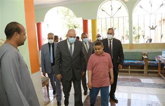 محافظ قنا يزور أسرتي المصور أحمد الرشيدي وعامل النظافة حمودة أحمد|صور