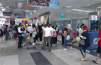 مطار الغردقة يستقبل الركاب بالهدايا والورد أول أيام عيد الأضحى | صور