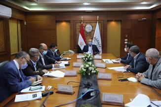وزير النقل يستعرض مشروع تطوير محطات السكك الحديدية وإعادة تأهيل ١٨٠محطة  و١١٠٢مزلقان