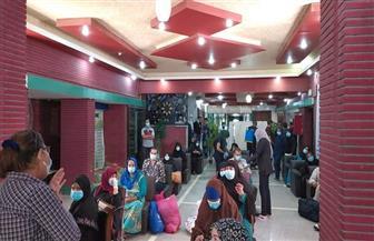بعد تعافيهم من «كورونا».. خروج 23 حالة من عزل مستشفى قنا العام | صور