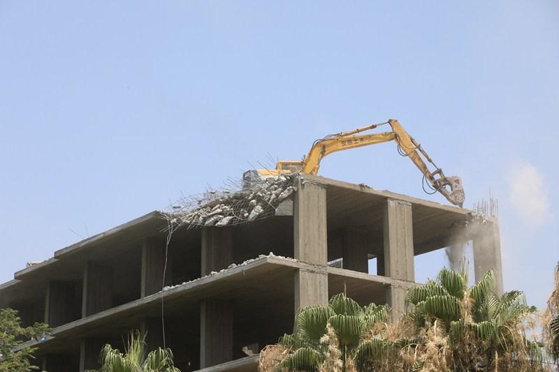 إزالة مبنى خرساني مخالف من  أدوار بحي شرق شبين الكوم | صور