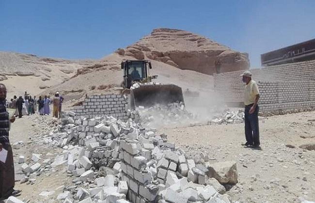 إزالة  حالة تعد على أملاك الدولة والأراضي الزراعية في سوهاج