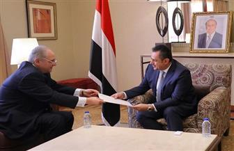 السفير أحمد فاروق يُسلم رئيس الحكومة اليمنية دعوة لزيارة القاهرة ويجري سلسلة لقاءات لبحث الأزمة اليمنية