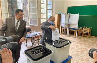 وزير التنمية المحلية يدلي بصوته في انتخابات مجلس الشيوخ بمدرسة الحرية بمصر الجديدة | صور