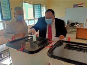 رئيس جامعة حلوان يدلي بصوته في انتخابات مجلس الشيوخ