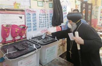مطران أسيوط يدلي بصوته في مدرسة النصر الابتدائية المشتركة | صور