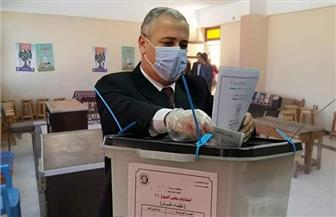 رئيس الهيئة الوطنية للصحافة يدلي بصوته في انتخابات الشيوخ
