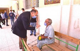 """محافظ أسيوط يصطحب """"مسنا"""" من ذوي الإعاقة إلى لجنة للإدلاء بصوته   صور"""