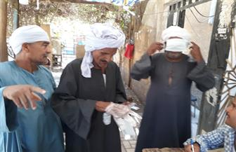 الشرطة توزع كمامات على الناخبين في أسوان استجابة لطلب مشرفي اللجان | صور