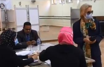 فايزة أبو النجا تدلي بصوتها بانتخابات مجلس الشيوخ في لجنتها بالزمالك | فيديو