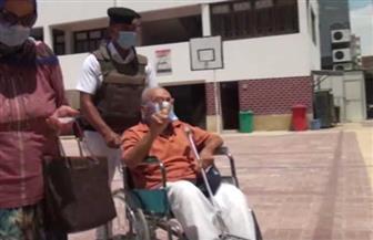 رجال الشرطة يساعدون مسنا لدخول لجنته في انتخابات مجلس الشيوخ | فيديو