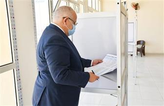 رئيس جامعة القاهرة يدلي بصوته في انتخابات مجلس الشيوخ | صور