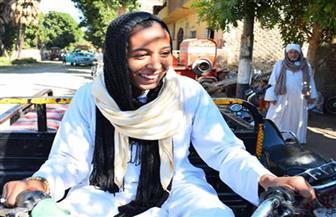 """""""فتاة التروسيكل"""" تنقل المواطنين للجان مجانا للمشاركة في الانتخابات بالأقصر"""