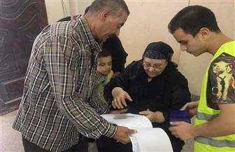 لجنة تنتقل لمساعدة عجوز في التصويت بانتخابات الشيوخ بالغربية | صور