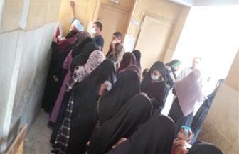 زحام وطوابير وأغان وطنية أمام لجان انتخابات مجلس الشيوخ بسوهاج  | صور