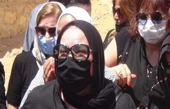 ننشر صور بكاء دلال عبدالعزيز ونهال عنبر ونجل فؤاد المهندس أثناء دفن شويكار