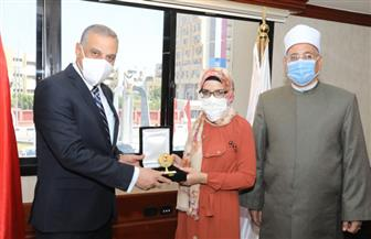 محافظ سوهاج يكرم الطالبة «زينب» الحاصلة على المركز الثاني على مستوى الجمهورية بالثانوية الأزهرية | صور