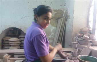 بوابة الأهرام في جراجوس .. حكاية ساندي إسحاق محترفة صناعة الخزف في الصعيد | صور وفيديو