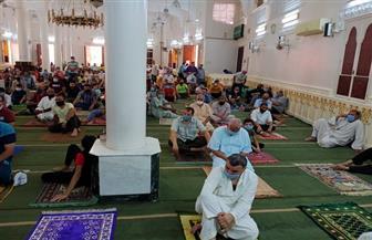الفرحة تغمر مواطني دمياط في صلاة الجمعة.. والشباب يوزعون كمامات وسجادات الصلاة| صور