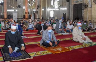 محافظ الإسكندرية يؤدي صلاة الجمعة بمسجد أبي العباس المرسي| صور