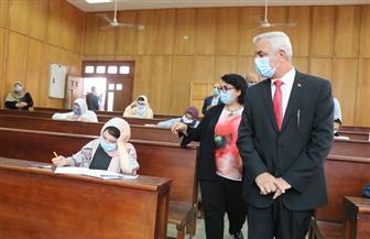 رئيس جامعة المنوفية يتابع اختبارات 300 طالب وطالبة للقبول بكلية الإعلام | صور
